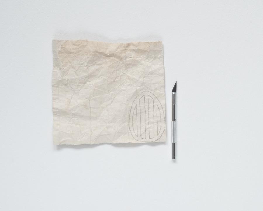 Die Osterei Vorlage ist auf den Tetrapack aufgezeichnet und daneben liegt ein Skalpell um die DIY upcycling Osterei Anhänger aus Tetrapack auszuschneiden