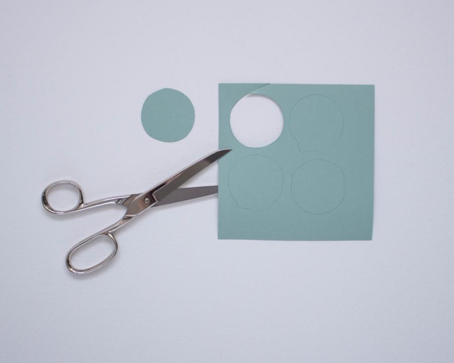 Die Kreise für den DIY upcycling last minute Adventskranz werden ausgeschnitten