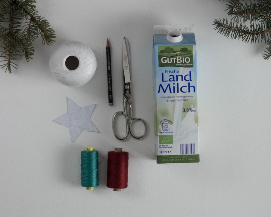 Du benötigst für die DIY upcycling Tetra Pak Sterne einen Tetra Pak, eine Schere, einen Stift und verschiedene Wollfäden