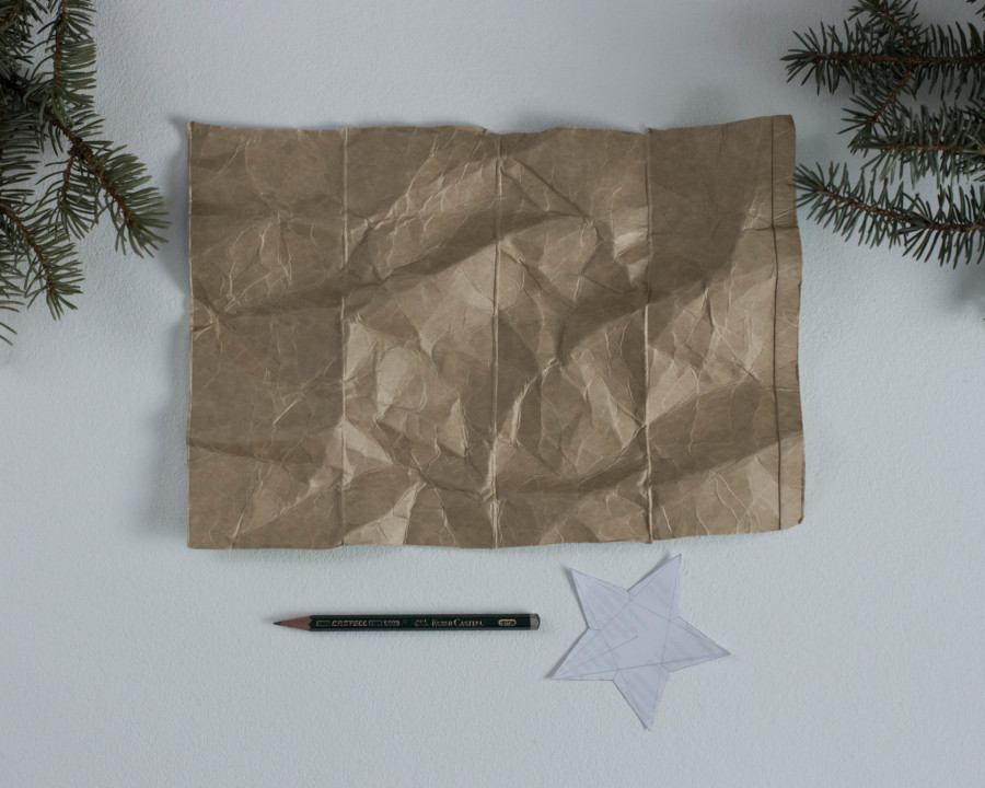 Du benötigst einen Bleistift, Tetra Pak und die Sternvorlage um weiter zu machen