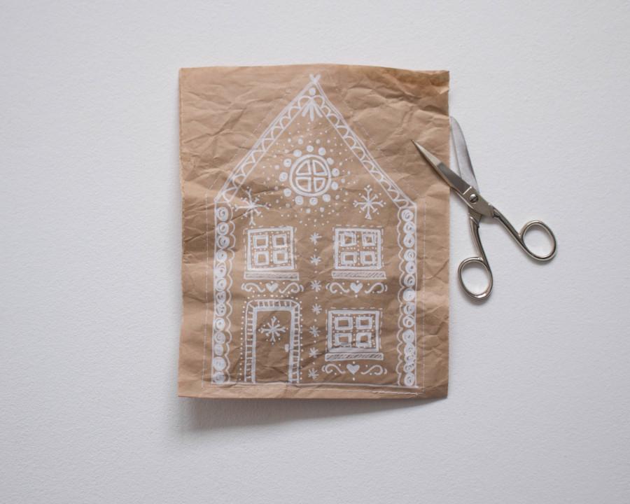Wenn die DIY upcycling - weihnachtliche Verpackung aus Packpapier fertig genäht ist schneidest du die Ränder zurück